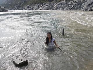 バギラティ川とアラカンダ川が出合いガンジス川聖地 くさりを持つ.これから入るよ.jpg