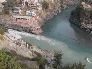 バギラティ川とアラカンダ川が出合いガンジス川聖地 上から.jpg
