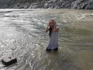 バギラティ川とアラカンダ川が出合いガンジス川聖地 水が冷たいよ.jpg