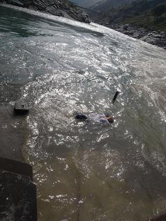 バギラティ川とアラカンダ川が出合いガンジス川聖地 川に浮かぶ.jpg