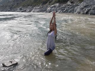 バギラティ川とアラカンダ川が出合いガンジス川聖地 余裕ポーズ.jpg